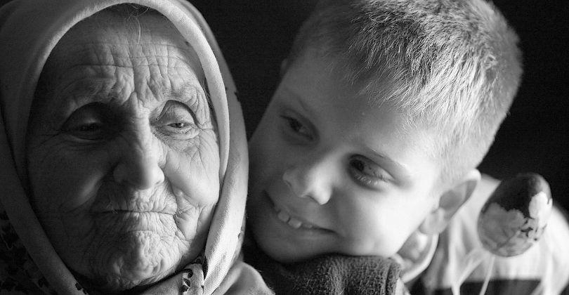 Старушка и ребенок 45