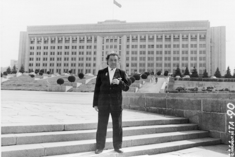 Токпанов у здания ЦК Компартии Казахстана в Алматы