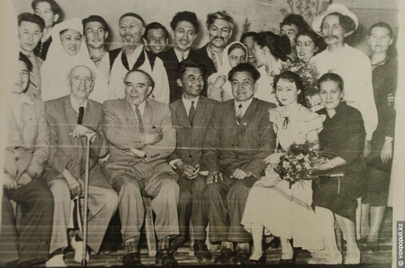 Коллектив Казахского государственного театра имени Ауэзова
