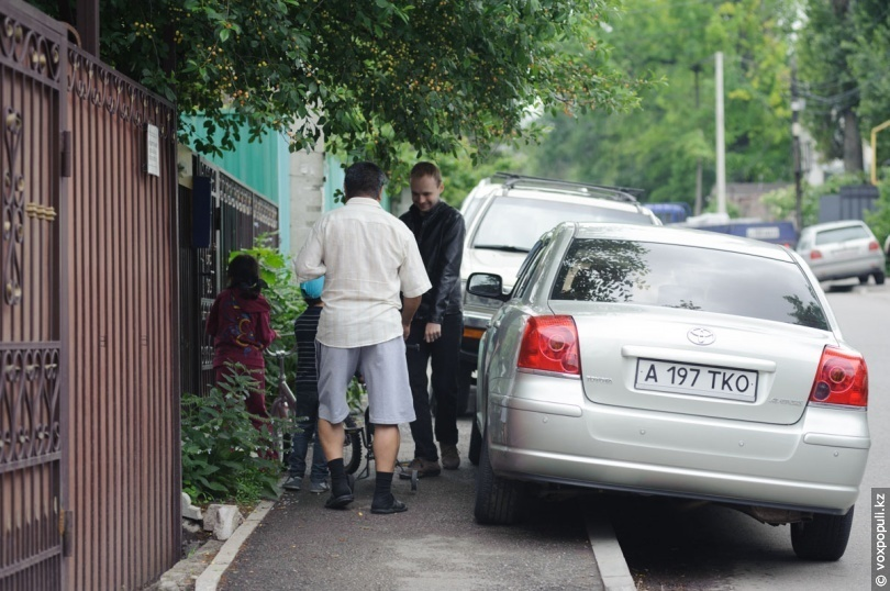 Тесные тротуары на улице Кастеева