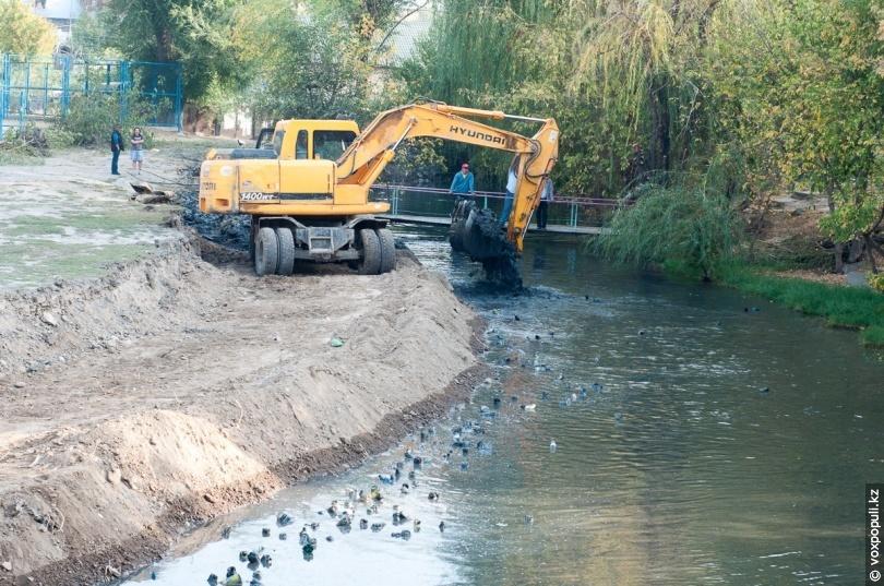 Механическая чистка русла реки