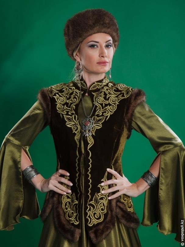 Казахские девушки в костюмах