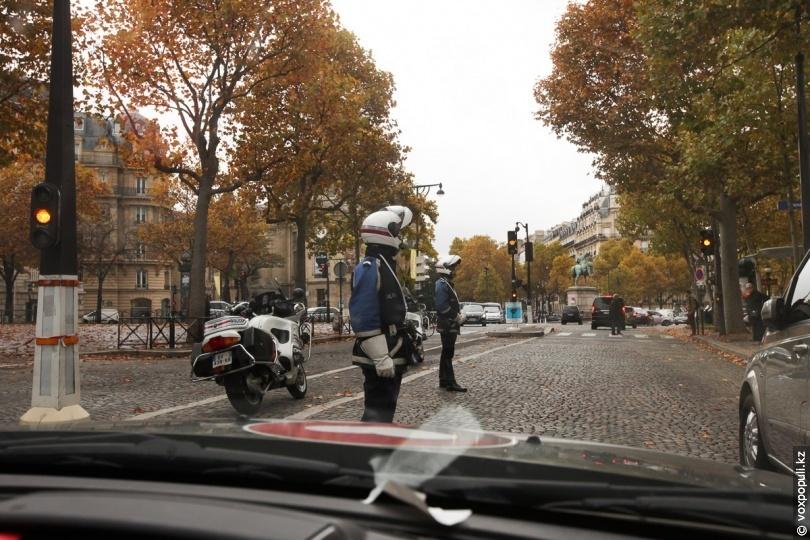 Дорожные полицейские в Париже