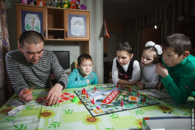 Семья Кабылбаевых играет в настольную игру «Монополия»