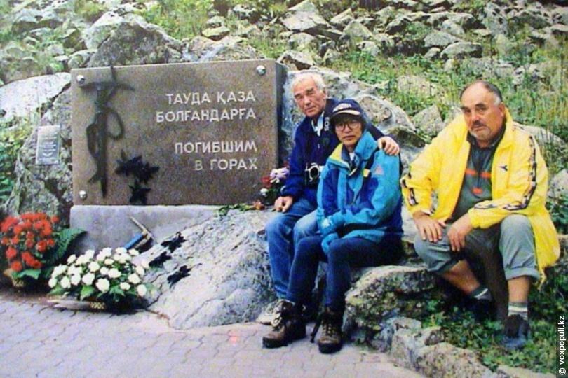 Виктор Попов (крайний справа)