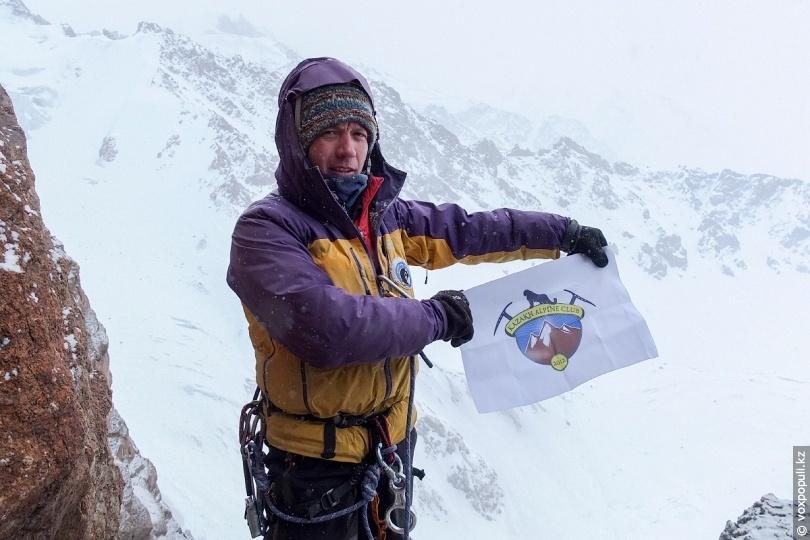 Геннадий Дуров с флагом своей секции альпинизма