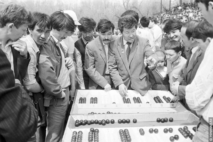 Гости праздника за казахской игрой «тогыз кумалак». Из фонда ЦГА КФДЗ