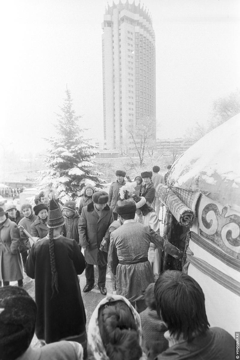 Праздник Наурыз на проспекте Ленина (Достык). Из фонда ЦГА КФДЗ