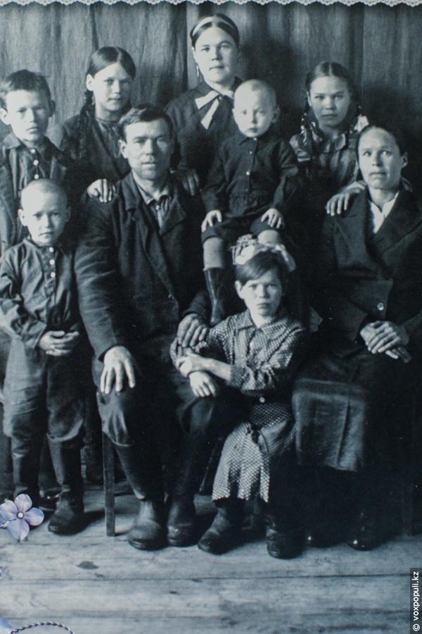 Капитолина Васильевна с родителями, братьями и сестрами