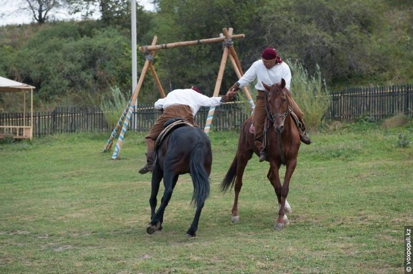 Атпен аударыспак (борьба на конях)