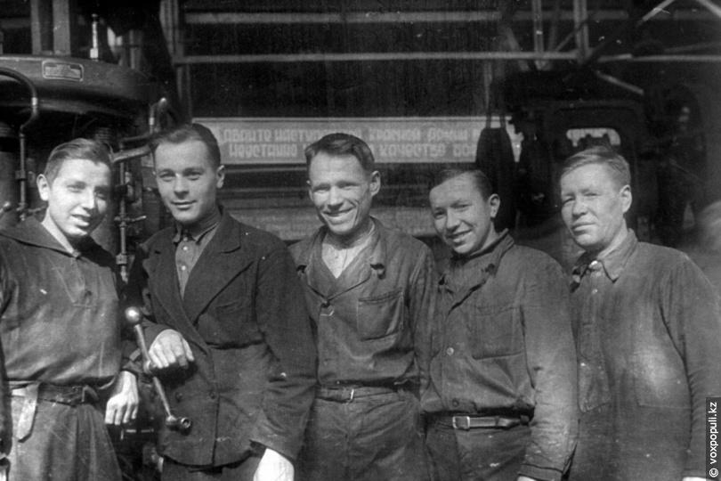 Рабочие предприятия «Электроцинк», 1945 год
