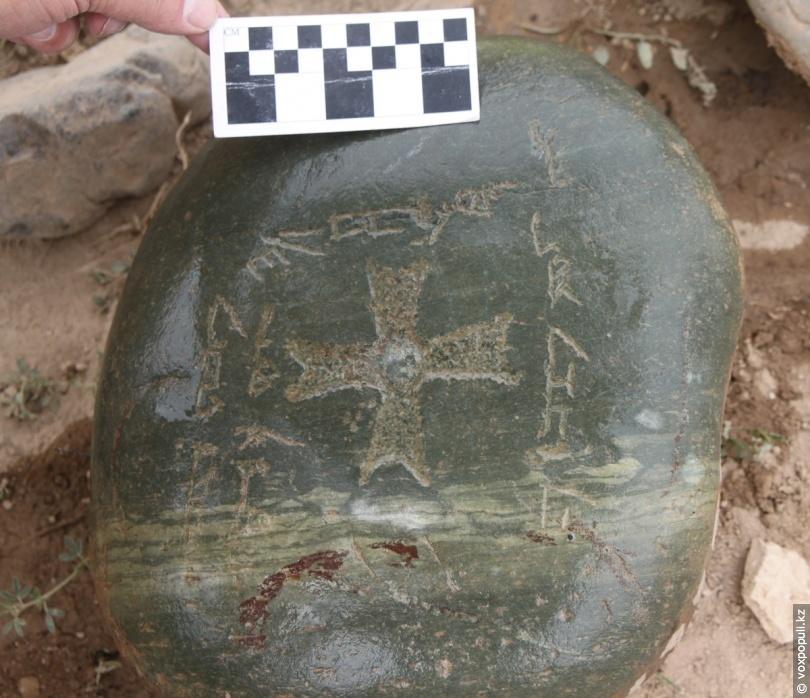 Надгробный камень с надписями
