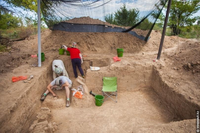 Раскопки надмогильного сооружения