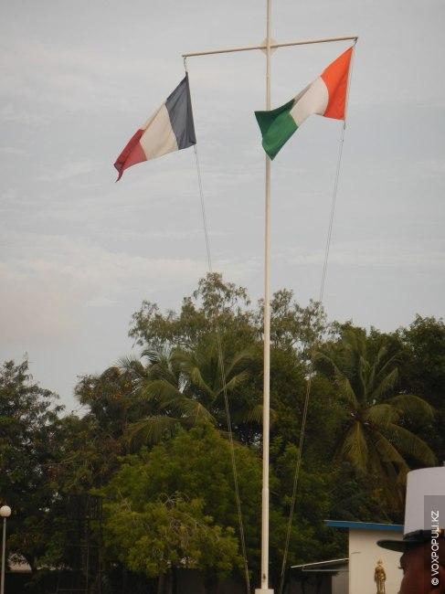 Поднятие флага Франции и Республики Кот-д'Ивуар. Жарко и ужасно душно.