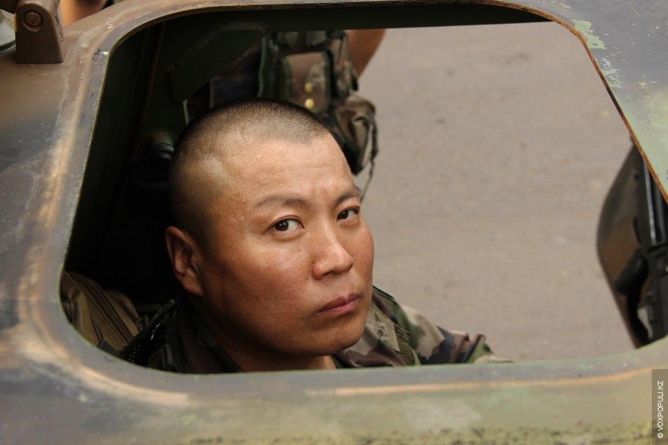 Нас трое в джипе-броневике: пилот – бесстрашный монгол, солдат-алжирец – любитель донера и командир броневика...