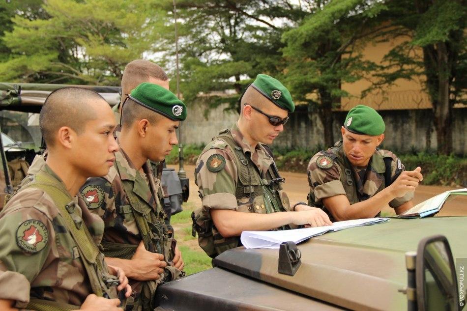 Просматриваем маршрут патруля с капитаном. Офицерский состав в легионе состоит на 99 процентов из французов...