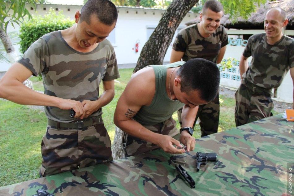 Сборка и разбор оружия на время. Наземная французская армия использует автомат FAMAS 5,56 мм и...
