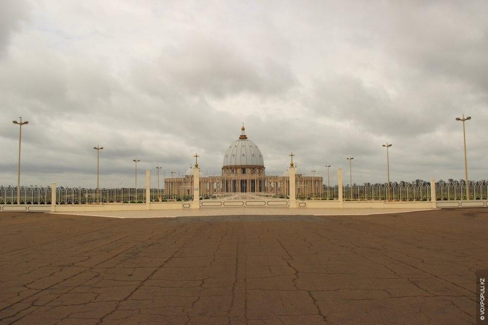 Храм в Yamassoukrou посвящен Пресвятой Деве Марии Мира – Basilique de Notre Dame de la...