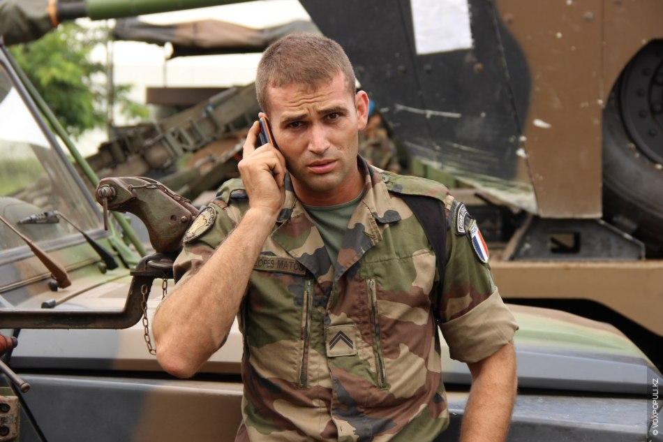 Время звонить родным и близким. На фото сержант-португалец Lopes Matos – perpetuum mobile.