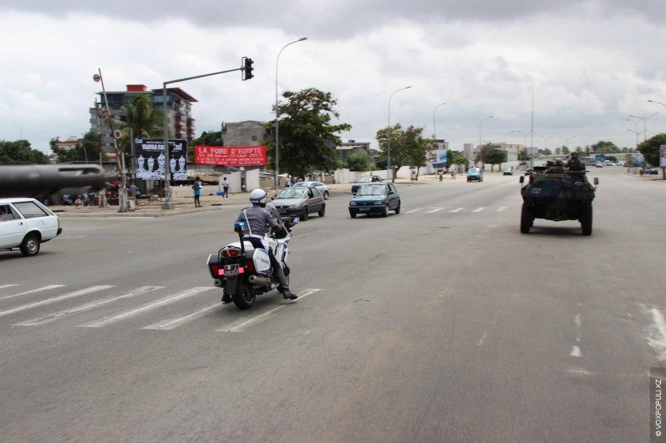 Для конвоя длиной в 3 километра нужна помощь местной жандармерии, чтобы беспрепятственно выехать из города....