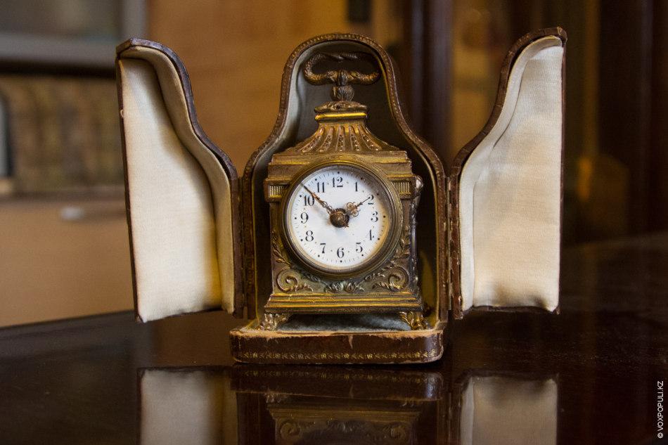 Эти часы из коллекции Петра принадлежали в свое время богатому путешественнику. На них есть крючок...