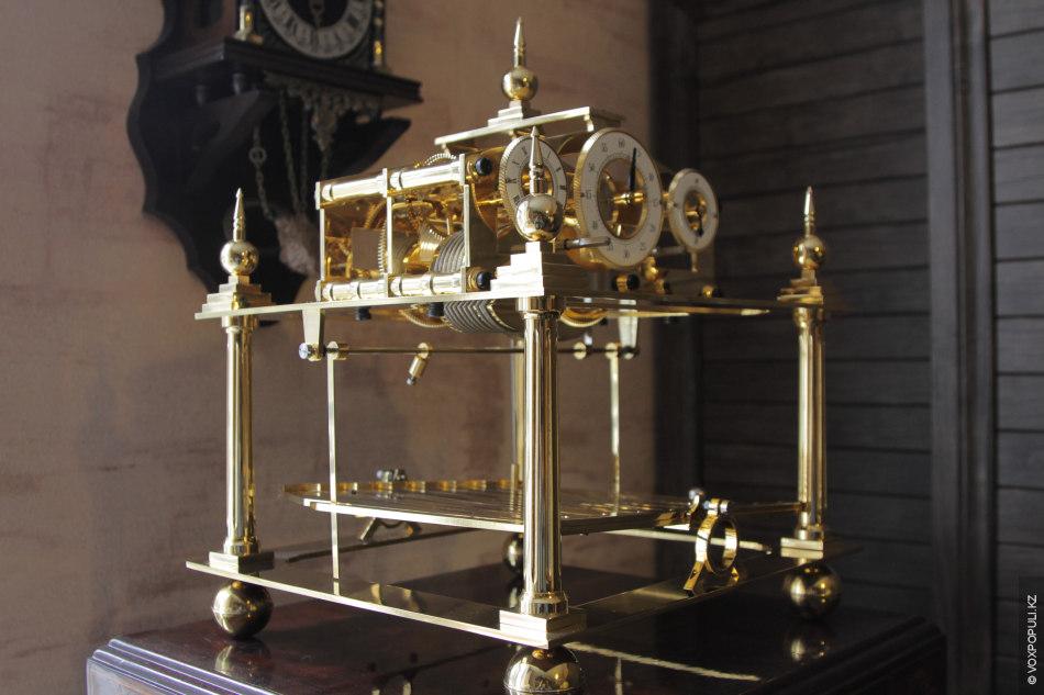 Принцип работы механизма заключается в том, что вместо маятника используется небольшой шарик, катающийся по плоскости...