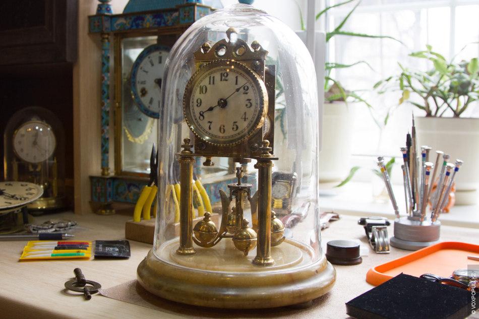«Мне интересны часы с наиболее сложным и необычным механизмом, вот эти, например, могут работать целый...