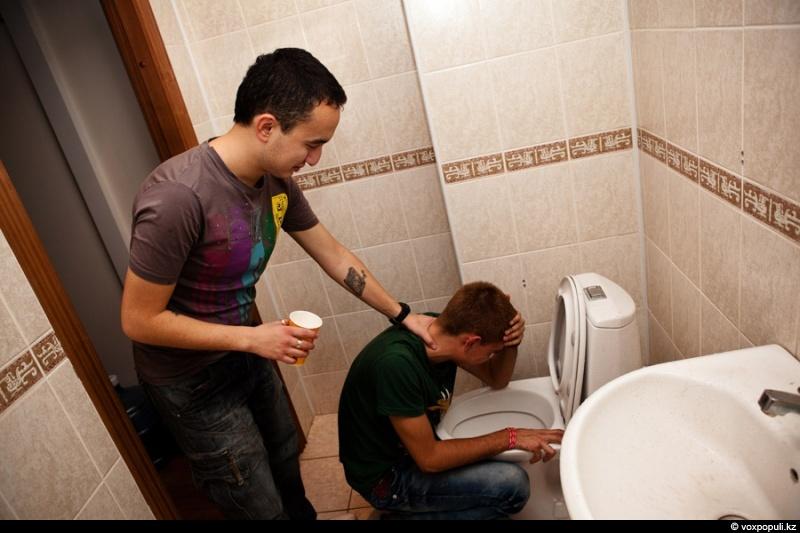 Девушка в туалете для парней — pic 2