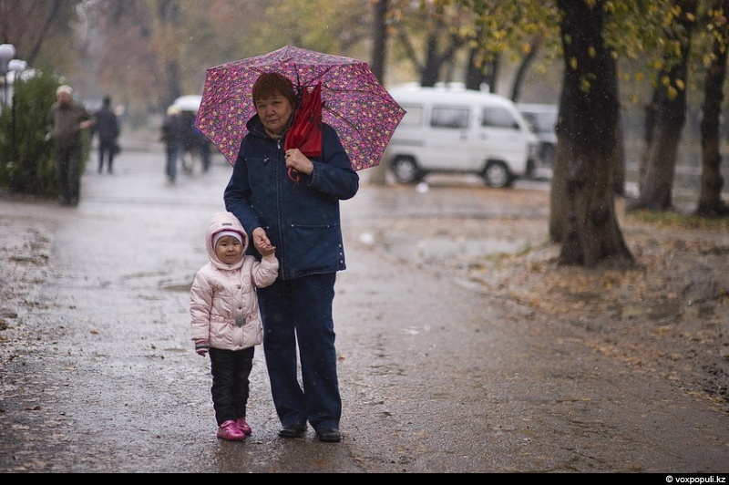 Жумагуль апа с внучкой а мы еще летом