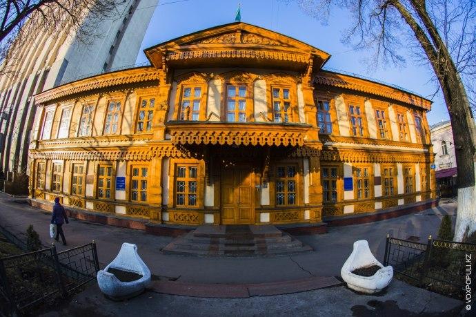 Со временем для городского училища было построено здание, которое и сегодня стоит по улице Гоголя...