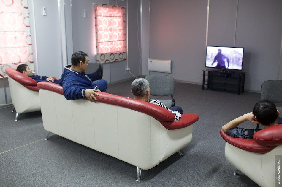 После того как сотрудники отработали смену, у них есть возможность посмотреть телевизор в залах отдыха...