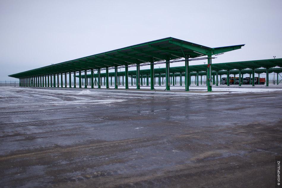 Площадка на 210 мест для стоянки автотранспорта оснащена навесом, освещением и линией подогрева двигателей