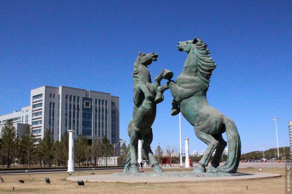 Редко увидишь прохожих рядом с гигантской скульптурой двух лошадей на площади Лининлу.