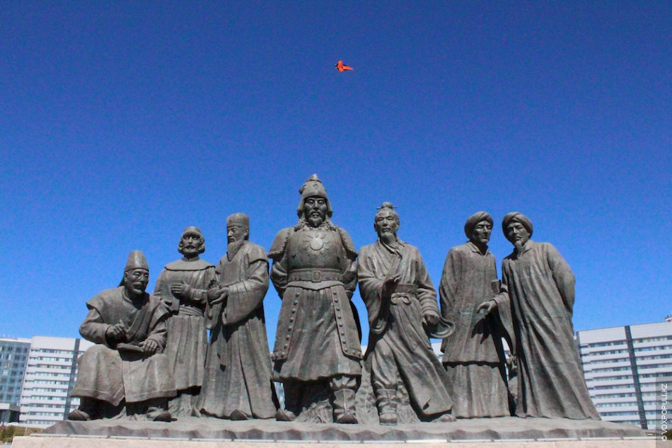 Во Внутренней Монголии 79% населения ханьцы и только 17% монголы, но фигуре Чингисхана в городе...