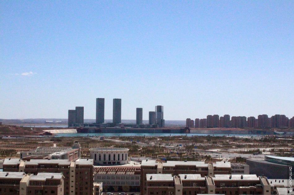 Город располагается на пустынном плато Ордос. Он был одним из 12 городов в этом автономном...