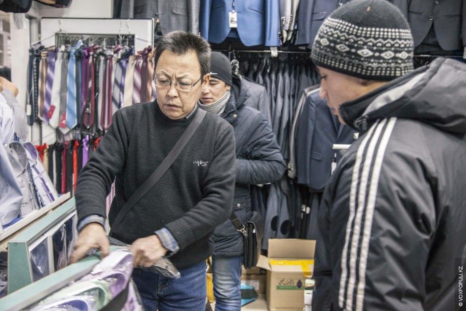 Преподаватель-оралман торгует на базаре