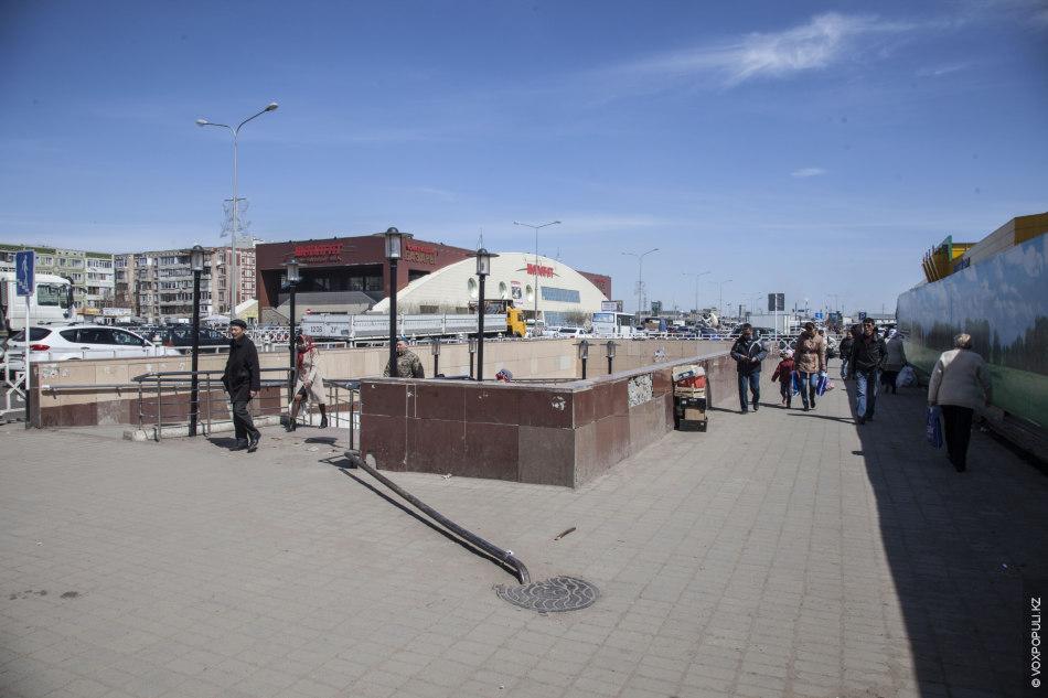 Помимо выделенных властями специальных мест в Астане также есть точки стихийной торговли. Одна из таких...