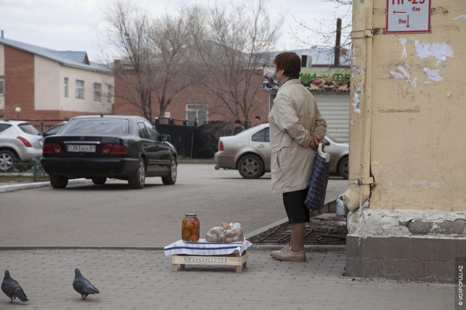 Этот репортаж о бабушках, которые торгуют на улицах Астаны. Кто-то из них вынужден так подрабатывать...