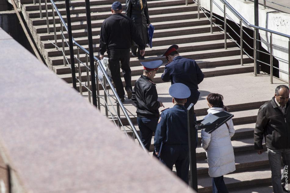 Полиция время от времени устраивает рейды и разгоняет такие стихийные рынки. Одна из наших героинь...