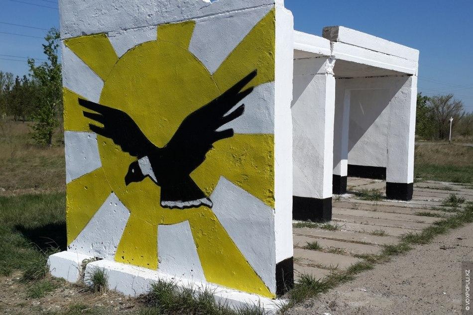По пути к Зангару встретилась остановка, на которой художник, видимо, желал изобразить подобие государственной символики...