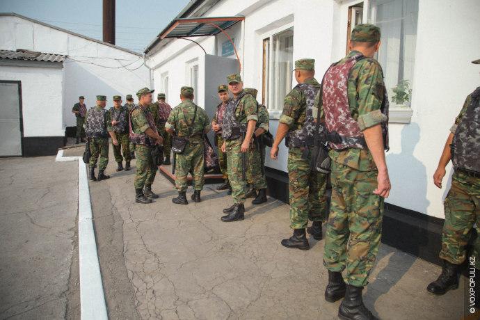 Кроме личного состава учреждение охраняют сотрудники внутренних войск, вооруженные резиновыми дубинками. В смену заступают в...