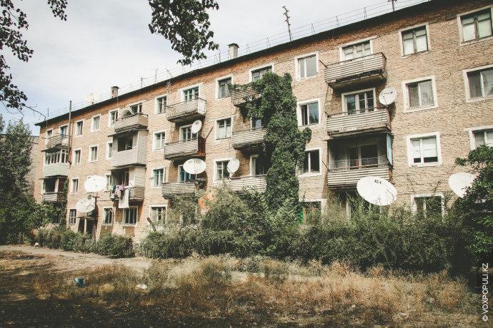 В Шелеке можно встретить как большие многоквартирные дома, так и типичные для поселка строения.