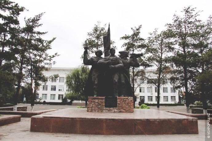 Напротив, за памятником Великой победы, находится здание правительства, местные ласково называют его Белым домом, благодаря...