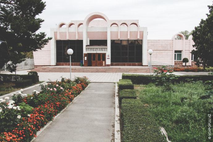 Местный Дом культуры – одно из излюбленных мест шелекцев. По словам охранника, культурная жизнь здесь...