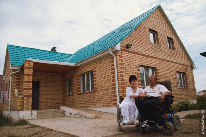Несмотря на все перенесенные трудности в начале жизни, герои этого репортажа создали семью, построили дом,...