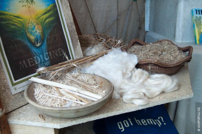 Надо сказать, что на фестивале много стендов, демонстрирующих различные полезные свойства конопли. Например, ее волокно...