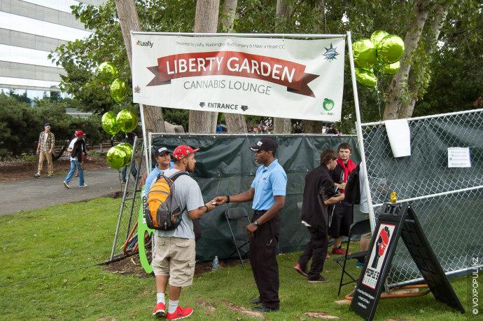 На территории фестиваля в этом году появилось новшество – две огороженные забором зоны свободного употребления...