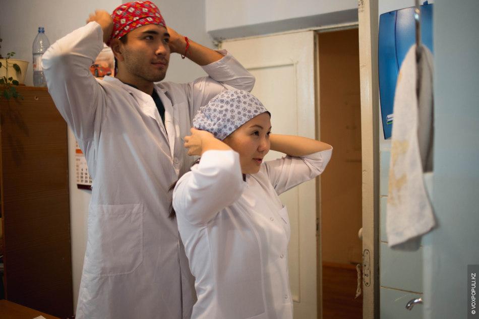 Лично я привыкла, что во всех фильмах и сериалах у врачей-хирургов однотонные шапочки, часто такого...