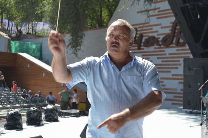 Дирижировал оркестром  главный военный дирижер Вооруженных Сил Республики Казахстан Александр Беляков. Он был одинаково...