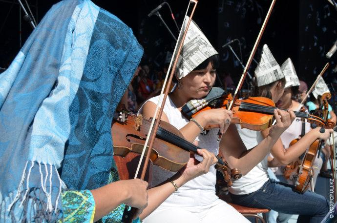 Спасающиеся от активного солнца шляпами из газет музыканты начинают походить на работающих рядом строителей.